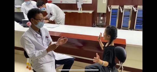 超萌手指舞感谢医生 左脚变形坚持舞蹈女孩出院啦
