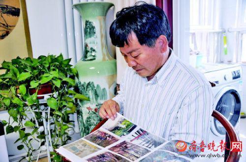 想念母亲的时候,刘忠德就会翻看相册。