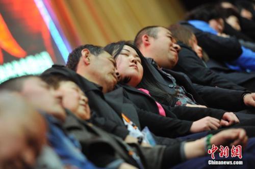 资料图:2014年3月21日,山西太原,民众在专业催眠师的引导下睡觉。 韦亮 摄