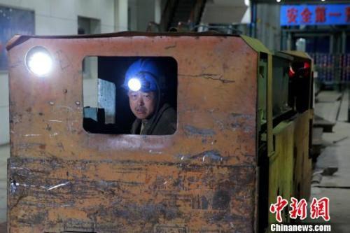 21日深夜,山东龙郓煤业冲击地压事故救援工作仍在紧张进行。 梁犇 摄