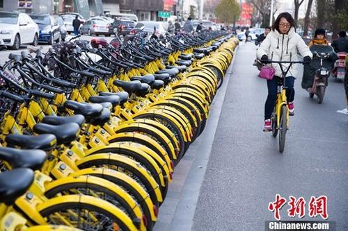 民众正在使用共享单车。