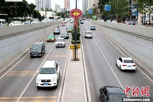 路上行驶中的汽车。