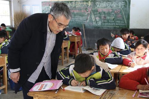 课堂上刘玉军指导学生做作业
