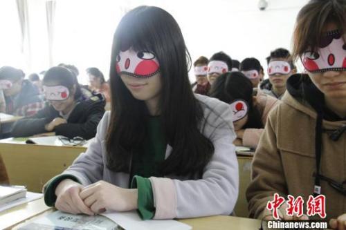 资料图:2018年3月21日,江西某高校学生上睡眠体验课。 邓缘 摄