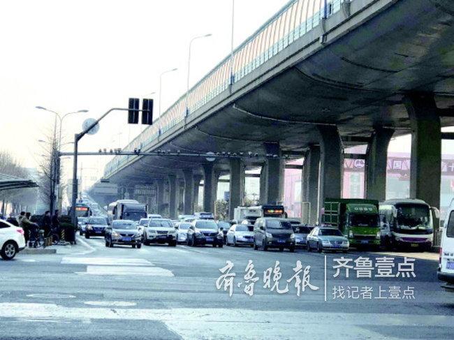 24日上午10点,北园高架桥长途汽车站东向西下桥口压车严重。
