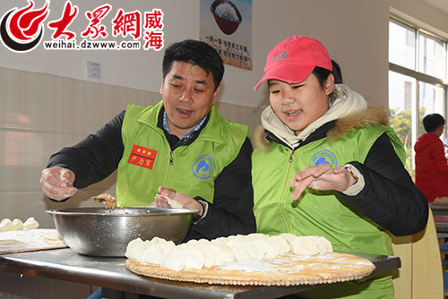 尹力军带领团队为志愿服务对象包饺子