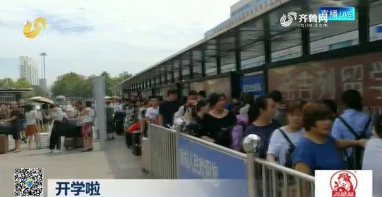 记者在济南火车站南广场出租车上车点随机采访了几位正规出租车司机。