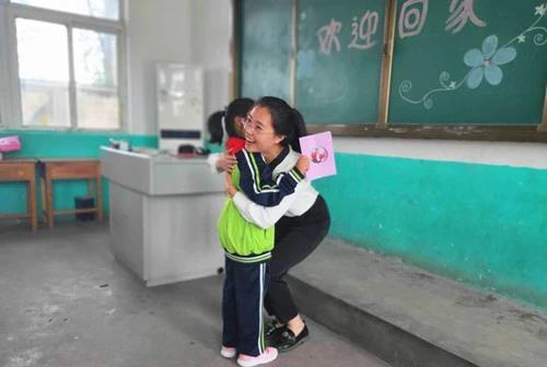 山东90后女大学生放弃省城工作当起乡村教师