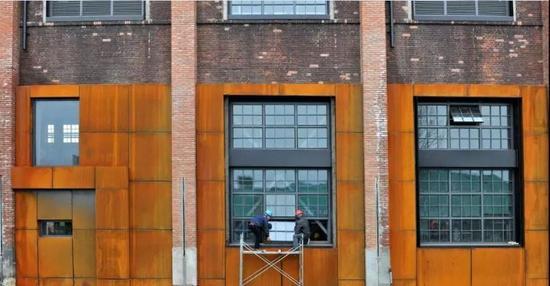 厂房外部还保留着历史的痕迹