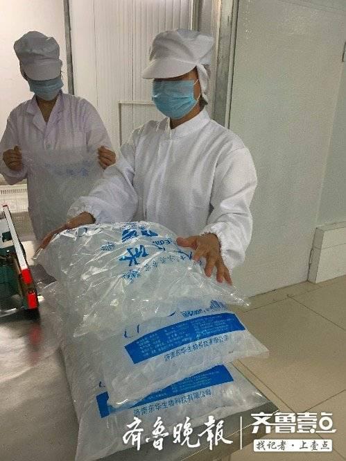 工人为齐鲁晚报·齐鲁壹点记者演示如何收集食用冰块,并封口。