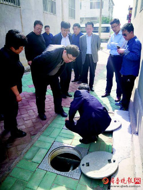 济南市住房城乡建设局局长吕杰仔细查看农厕改造情况。