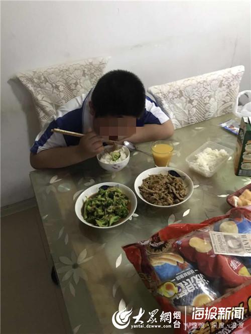 小峰(化名)在义工的陪伴下津津有味地吃饭