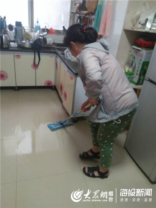 义工帮助打扫卫生