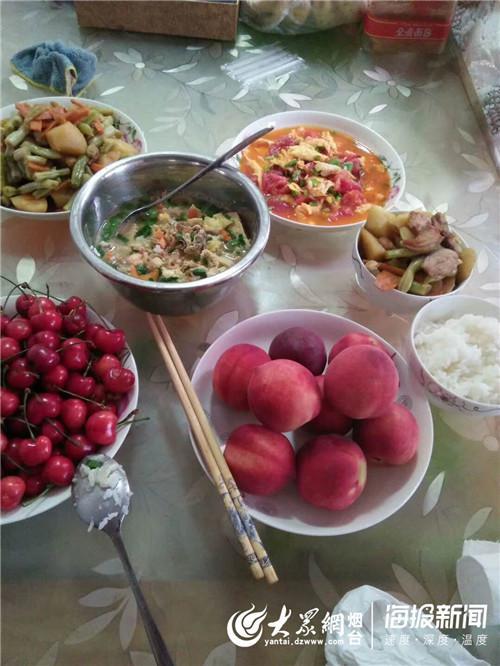 义工队员精心准备了饭菜、水果