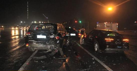 路虎车高速撞击了正在等红灯的四辆车