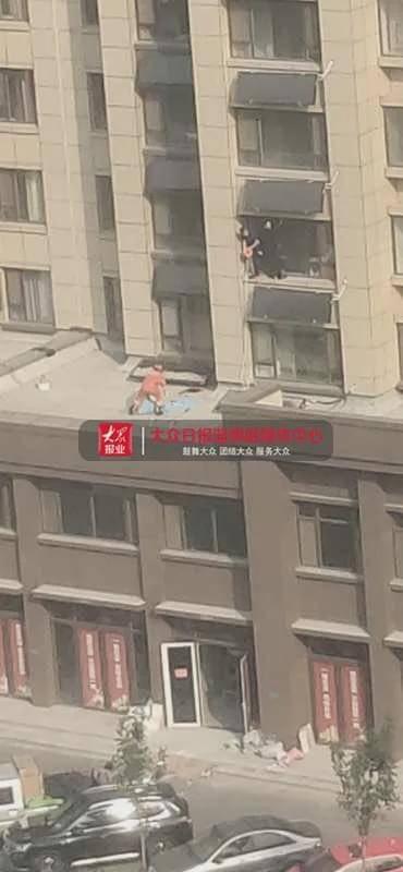淄博桓台一7岁男孩8楼坠落 不幸身亡