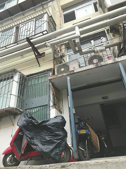 """雨天,一居民楼外的电动车仍在""""飞线充电""""。"""