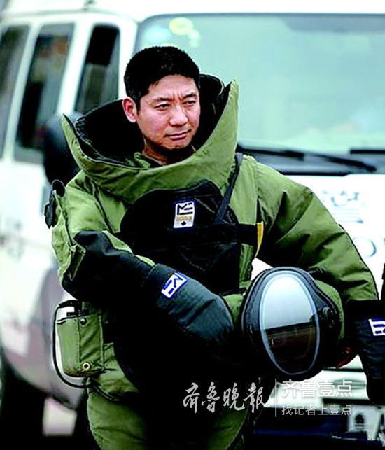 身穿排爆服的张保国。 警方供图
