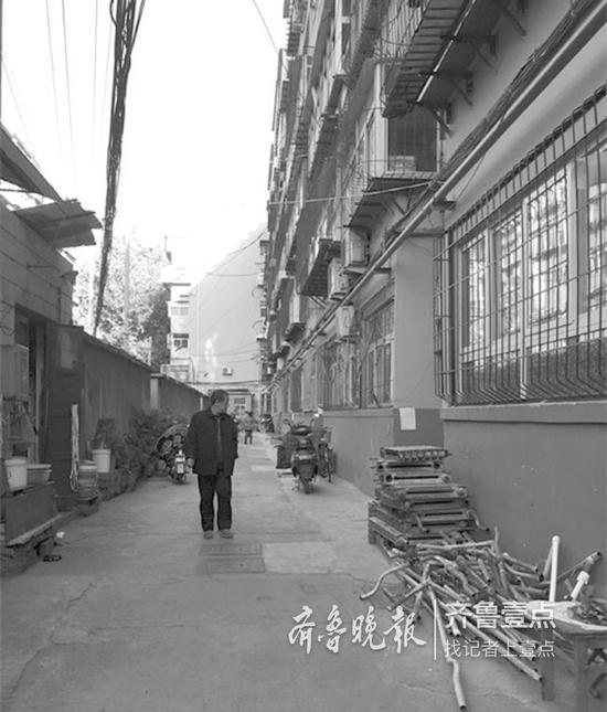 济南市历园新村20号楼多位居民下楼,都是问施工方具体施工情况的。