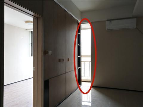 """徐先生自称家里客厅两堵墙间的这部分空间为""""一线天"""""""