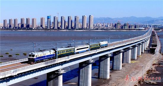 ▲10月27日,检测列车驶过跨胶州湾特大桥。肖永顺摄