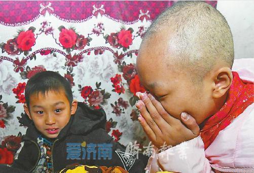 彭天怡说起弟弟要捐骨髓的事情,不禁流下眼泪