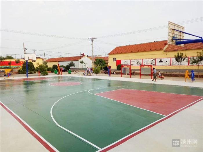 场健身器材_大山东村广场,健身器材及篮球场重新刷漆.