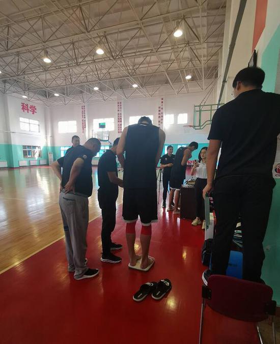 全员通过 青岛国信海天男篮全队全部通过体测