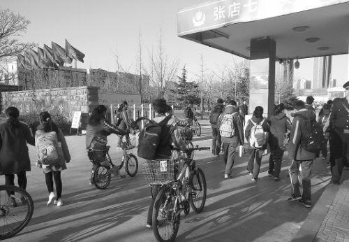 ◥延迟上学后,张店七中的学生早上不慌不忙地来到学校。