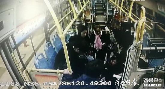 """男子公交车内突昏厥 乘务员""""针扎刺血""""助其转危为安"""
