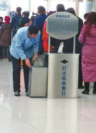 9日,一名男保洁员在打火机回收桶旁翻找 记者殷玉国 摄