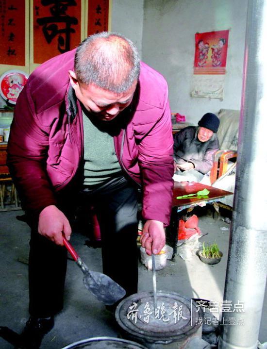孙子给炉子添炭要背对着奶奶,因为奶奶舍不得添太多。