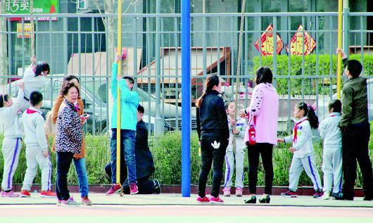 居民在济南市御景城小学体育场健身。(资料片)