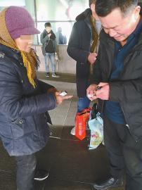 女子在机场门口兜售打火机。 记者殷玉国 摄