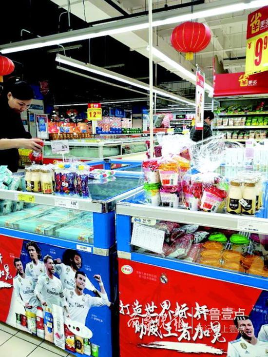 一家超市内,部分应冷藏保存的酸奶放在展示柜的玻璃盖上,相当于在室温下。