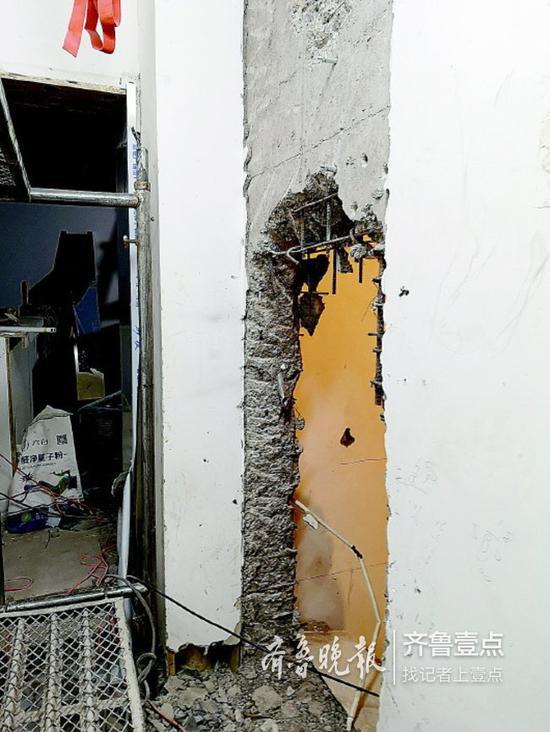 被砸开的带钢筋的墙体。齐鲁晚报·齐鲁壹点记者 王皇 摄