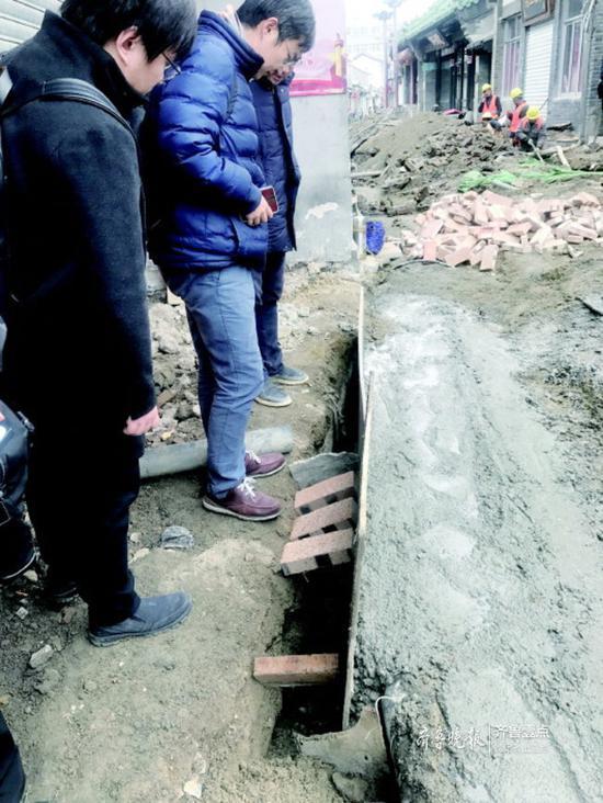 从20多厘米的施工缝隙能看到整齐的石板壁。
