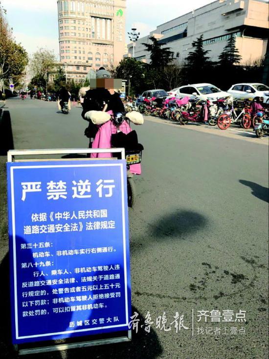 不少行人没在意严禁逆行提示牌。