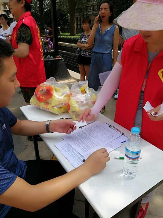 社区志愿者加入行动