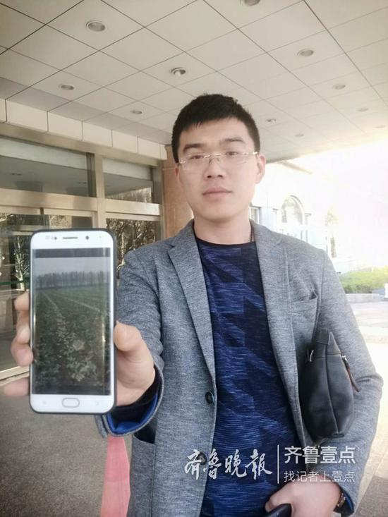 丁翊龙给记者看手机上萝卜的照片。记者张中摄