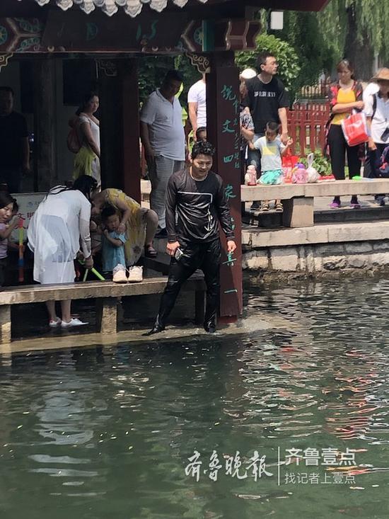 刘超救人后全身湿透了。