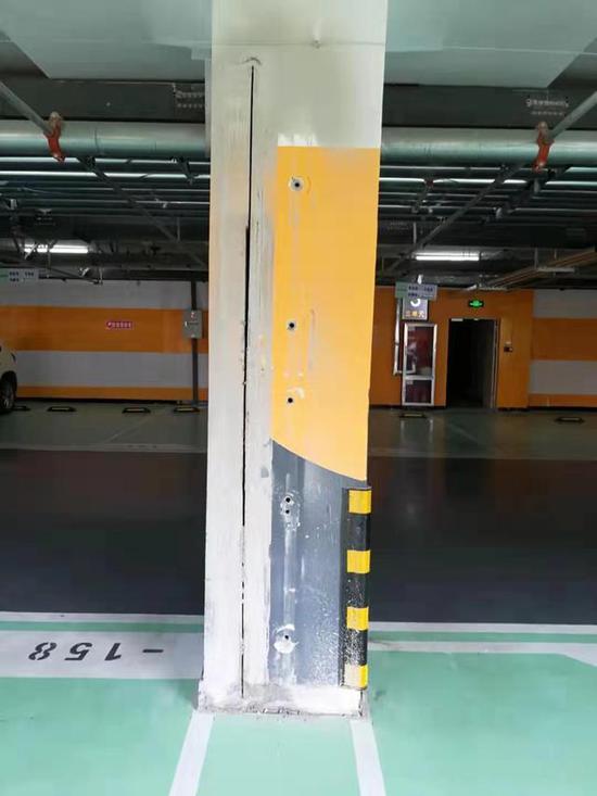 """""""施工""""后的承重柱 物业称是""""简单打磨""""。 受访者供图"""