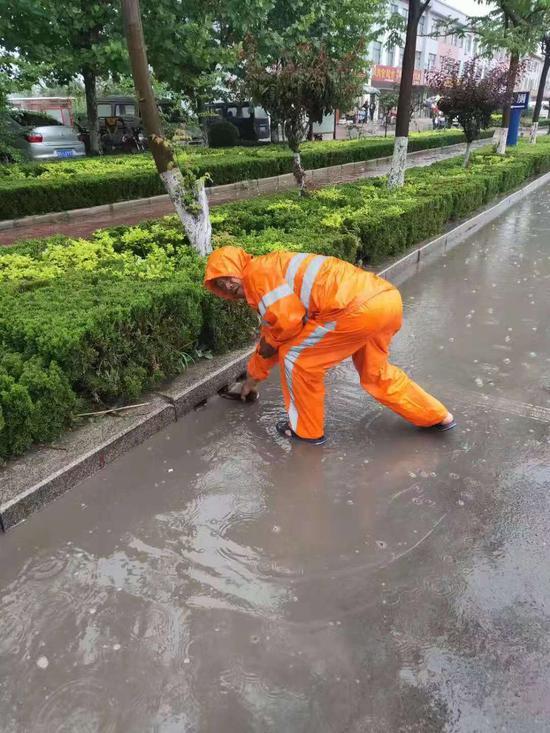 生前,孟凡勇在东莞镇做保洁工作