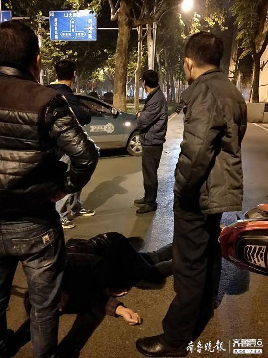 济南历山路100号突发车祸 出租车将一电动车乘客撞飞