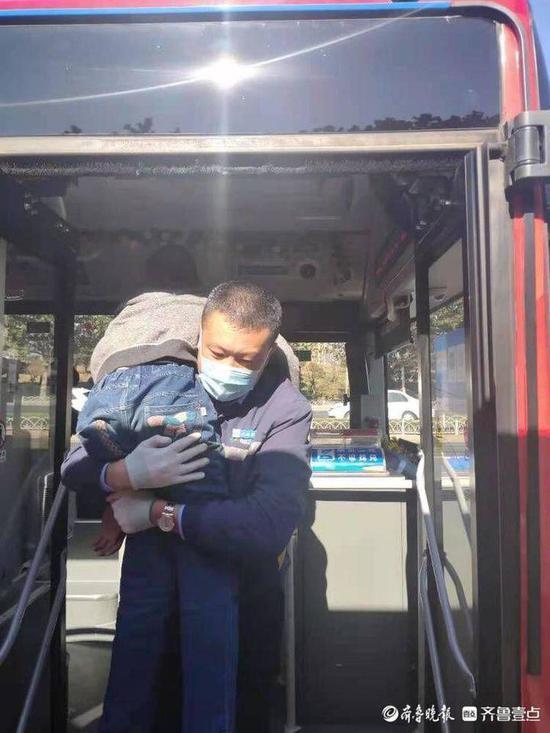 """坚持6年 公交司机每天背""""轮椅男孩""""上下车"""
