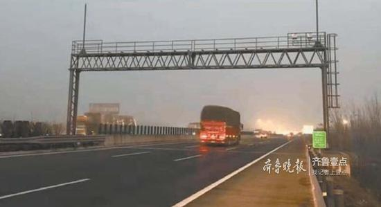 长深高速鲁苏省界收费站龙门架已基本安装完毕。通讯员郑营 摄