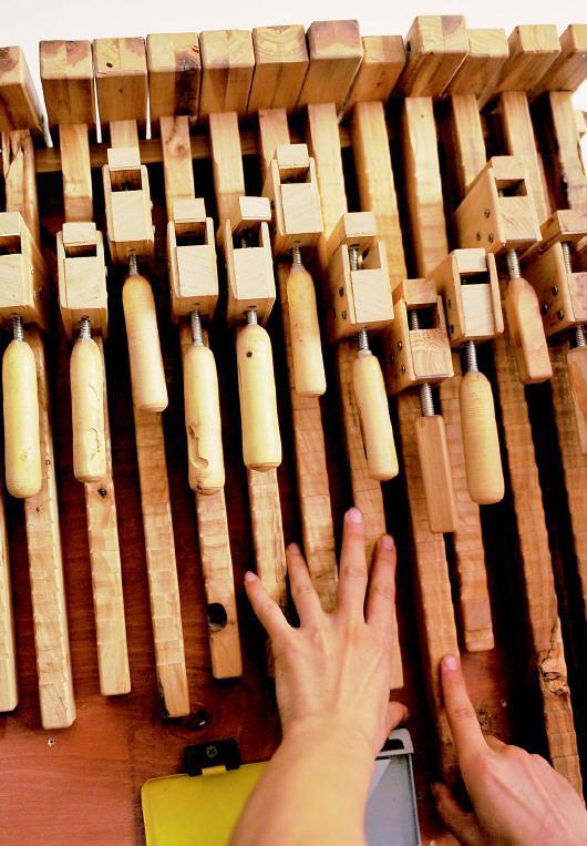 许多辅助工具都是褚厚锋利用废旧木头自己制作的。