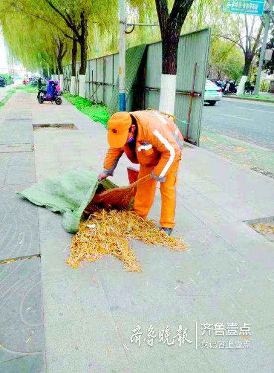 环卫人员正在对一些新增的、动态的垃圾进行及时清理。