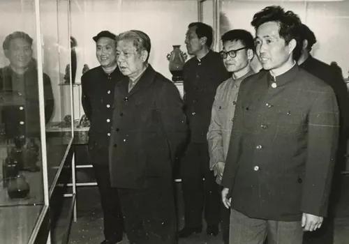 1983年4月12日,时任中宣部部长邓力群参观视察省硅酸盐研究所,时任淄博市委副书记杜祥荣(右一)陪同参观