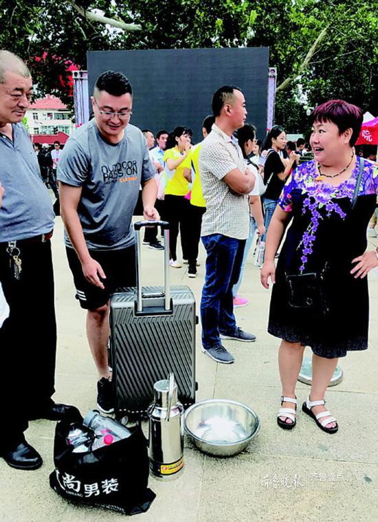小自是为数不多抱着脸盆和暖水瓶来报到的大一新生。